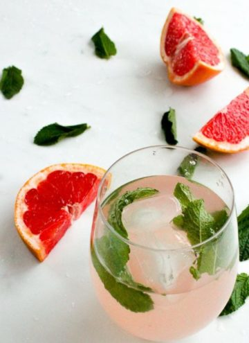 Grapefruit water and mint leaves in glass.